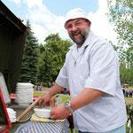 Lothar Hahstedt unterstützt den Förderverein der Feuerwehr Goldbeck, der beim Verbandsgemeindeausscheid mit Erbsensuppe für die Mittagsversorgung verantwortlich war.