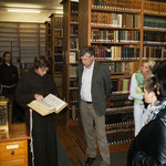 Bruder Paskal zeigt die Schätze der Bibliothek