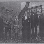 Emil Kolbe mit Ehefrau Lina, geb. Bräuer, und den Kindern Elsa, Arno, Milda und Margarethe Kolbe auf dem Hof in Großbardau ca. 1915, v.l.n.r.