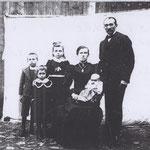 Emil Kolbe mit Ehefrau Lina, geb. Bräuer, und den Kindern Max Arno, Frieda Elsa, Margarethe und auf dem Schoß Elsa Milda auf dem Hof in Großbardau ca. 1905, v.l.n.r.