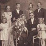 Hochzeitsfoto des Sohnes Julius Zabel mit Anna Sieber am 11.12.1938 in Georgswalde. Im Hintergrund stehen Rosa Marie Zabel sowie Edmund Sieber. Martha und Anton Zöckel und im Vordergrund Elisabeth und Leni Zöckel.