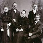 Familie Hermann Neinaß mit Ehefrau Mathilde Neinaß, geborene Schwichtenberg, und den Kindern Anna, Richard und Karl Neinaß, aufgenommen in Stettin Züllchow 1904.