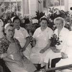 Milda Neitsch erhält die Glückwünsche ihrer Kolleginnen zum 60. Geburtstag.