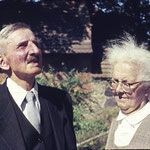 Dieses Bild wurde bei der Hochzeit eines Sohnes 1958 im Pfarrgarten von Retschow / Meckl. aufgenommen.