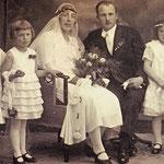 Hochzeitsfoto ihres Sohnes Anton Zöckel aus erster Ehe mit Martha N.N. am 17.05.1930 in Alt Ehrenberg. Die beiden Mädchen auf der rechten Seite sind Rosa Marie und Maria Zabel.