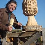 José Luján, gran aficionado a la micología, convierte un tronco de castaño en una gran Colmenilla
