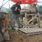 El artista, dando forma a los primeros libros en el tronco de Nogal