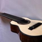 サウンドホールとボディ側面には共鳴を良くする為に ボリビアの特別な木材:モラディーリョを使用しています。
