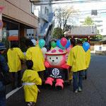 学生さんたちのチームが、「よっきー、歩くの大変だから」って、京西小学校でリヤカーを借りてきてくれたのです。でも、このあと、のりもの酔いしてしまいます・・・
