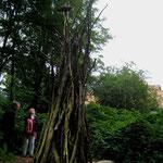 """Ulla Nentwig 2012 """"Gabe I"""" Opfergabe eines Fisches auf ca 5m hohem Holzturm"""