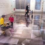 """Ulla Nentwig 2015 """"und schon ist es Abend"""" Bodeninstallation zum Thema Veränderung/Alter, 400 Fotos je 50x50cm unter Acryl"""
