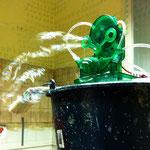 """Ulla Nentwig 2014 """"Freude"""" Rauminstallation in der ehemaligen Küche eines Bürohauses, Seifenblasenmaschine, Generator, Hocker, Liege Zählliste an Wand"""