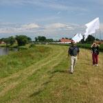 """Ulla Nentwig 2006 """"Zentrum der Welt"""", 300 von unterschiedlichen Menschen mit Wünschen für die Welt beschriftete Fahnen, aufgestellt als Linie in der Allerkurve bei Rethem"""