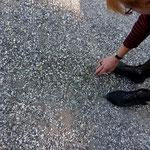 """Ausschnitt Ulla Nentwig """"Weg"""" 2018, ca. 2200 vergoldete Kieselsteine, Länge 120 m."""
