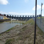 Vue du barrage qui maintien le niveau du lac. Le niveau des eaux sera relevé pour le passage les plus gros bateaux à partir de 2013