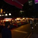 Petites roulottes le soir dans les rues de Busan.