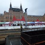 Installation du village de noël et de la patinoire sur la place rouge