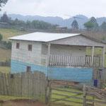 Il y a encore des maisons toutes en bois - signe les gens qui l'habitent ne sont quand même pas riches !!!!!!