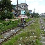 """Entre 2 passages de train on utilise les rails pour transporter des personnes en """"poussettes"""""""