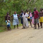 Quelques habitants du voisinage pendant le changement de roue