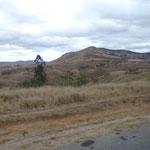 Paysage entre Tananarive et Majunga. Très peu de végétation
