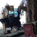 De trés nombreux cireurs de chaussures en ville