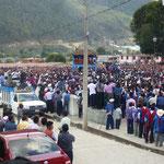 Village Zinacantan - Les mains levées dans la foule