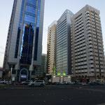 Abou Dabi : malgré la dimension des tours la petite mosquée reste le centre attractif.