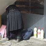 La grand mere qui vend ses 3 bouteilles de lait sur le trottoir