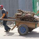 Le livreur de bois pour la cuisine