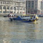 """Bateau bus sur le fleuve à Manille. Un vieux bus posé sur le bateau, d'où le nom """"bateau-bus !!!!!!"""