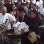 Baptèmes en série à la cathédrale de Mexico - moins d'une minute par enfant