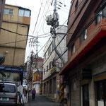 L'effacement des réseaux aériens n'est pas d'actualité en Corée. Remarquez la forme des poteaux.9  ㅔ