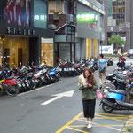 Les trottoirs sont envahis de scooters