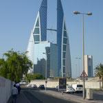 Le world trade center à Bahrein. Trois bras relient les deux tours et chaque bras supporte une turbine
