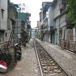 Le train qui passe au milieu des habitations