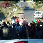 Un chemin de croix avec les soldats dans la rue