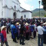 Dans le village de Zinacantan, à 10 km environ de Chamula. Le dimanche midi, au cours d'un meeting politique. Les tenues sont diffèrentes d'un village à un autre.