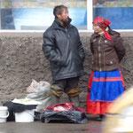 """Un couple """"indigène"""" vendant quelques produits sur le trottoir"""