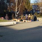 Les gens vendent leurs produits sur la rue