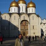 Un touriste perdu dans la cour du Kremelin