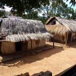 Maison traditionnelle avec un auvent autour. Il fait très chaud à l'Ouest