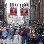 Menschenmassen auf der Royal Mile