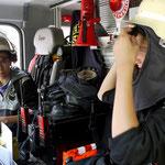 Bereit für den Einsatz? - Schüler im Löschfahrzeug der Feuerwehr.