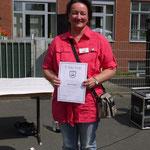 Die Auszeichnung für besondere Verdienste zum Wohl der Schule erhielt Frau Daniela Becker (Elternvertreterin).