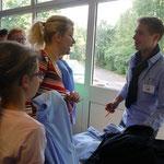 Große Nachfrage, aber individuelle Beratung: Herr Biesenbach informiert über die Schulkleidung.