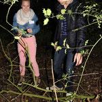 """Was macht denn der Eimer hier im Wald? - Eine Gruppe findet ihren ersten """"Schatz""""."""