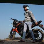 MMR - Ava Island, Motorradtransport mit der Minifähre