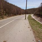 nach dem Grenzübergang zu Albanien - was war zuerst da? Straße oder Stromleitung?