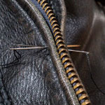 一針一針手縫いで縫い進めます。